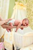 Bebé recién nacido en la mano del padre Foto de archivo libre de regalías