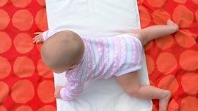 Bebé recién nacido en la manta, visión superior almacen de metraje de vídeo