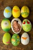 Bebé recién nacido en los huevos de Pascua fotos de archivo
