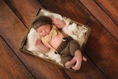 Bebé recién nacido en pequeño traje del hombre imagen de archivo