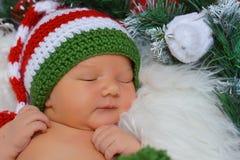 Bebé recién nacido en sombrero de la Navidad Fotografía de archivo