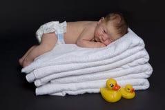 Bebé recién nacido encima de las toallas fotos de archivo libres de regalías
