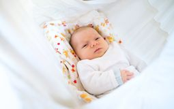 Bebé recién nacido feliz lindo que miente en cama fotos de archivo libres de regalías