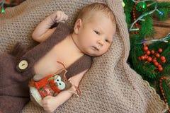 Bebé recién nacido hermoso que miente en una visión combinada desde el top fotos de archivo