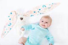 Bebé recién nacido lindo adorable con el juguete del conejito de pascua Imagenes de archivo