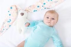 Bebé recién nacido lindo adorable con el juguete del conejito de pascua Fotos de archivo