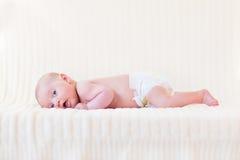 Bebé recién nacido lindo en la manta blanca del knitetd Imagenes de archivo