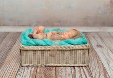 Bebé recién nacido lindo en la manta de la turquesa en choza foto de archivo libre de regalías