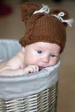 Bebé recién nacido lindo en una cesta Fotos de archivo libres de regalías