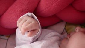 Bebé recién nacido lindo que duerme en cuna almacen de metraje de vídeo