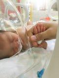 Bebé recién nacido paciente en incubadora Imagen de archivo