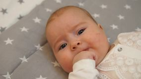 Bebé recién nacido Pequeño bebé Bebé que mira en la cámara Niño Bebé adorable almacen de video