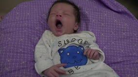 Bebé recién nacido que bosteza
