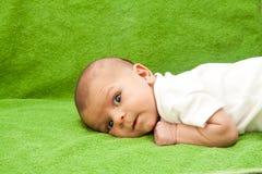 Bebé recién nacido que coloca Imágenes de archivo libres de regalías