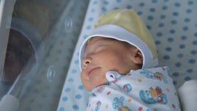 Bebé recién nacido que duerme agitado en el hospital de maternidad