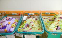 Bebé recién nacido que duerme en cama en hospital Fotografía de archivo