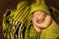 Bebé recién nacido que duerme, sueño recién nacido del niño en de lana verde Foto de archivo