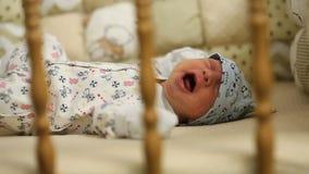 Bebé recién nacido que llora en la cama almacen de video
