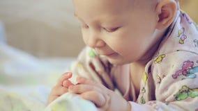 Bebé recién nacido que miente en la cama y que come Apple almacen de video