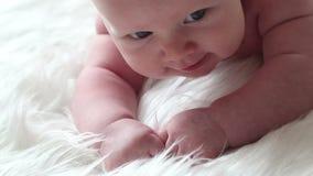 Bebé recién nacido que miente en su estómago metrajes