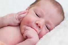 Bebé recién nacido que miente en una manta imagen de archivo