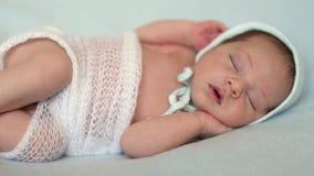 Bebé recién nacido que miente en una manta azul almacen de metraje de vídeo