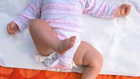 Bebé recién nacido que miente encendido detrás imagenes de archivo