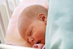 Bebé recién nacido solamente pocas horas viejas Foto de archivo libre de regalías