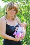 Bebé recién nacido y su madre Foto de archivo libre de regalías
