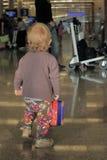 Bebé sólo en aeropuerto Fotografía de archivo