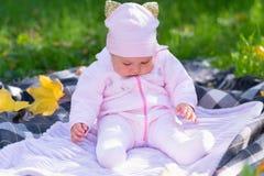 Bebé soñoliento en la manta de la comida campestre en escena del parque del otoño imagen de archivo libre de regalías