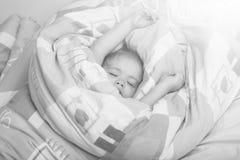 Bebé soñoliento en manta colorida imagen de archivo libre de regalías