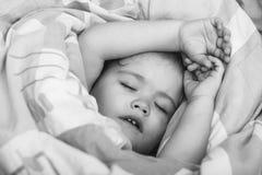 Bebé soñoliento en manta colorida imagenes de archivo