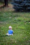 Bebé solamente en hierba Imágenes de archivo libres de regalías