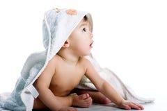 Bebé sonriente bajo la toalla blanca Imagen de archivo