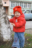 Bebé sonriente cerca del árbol Imagen de archivo