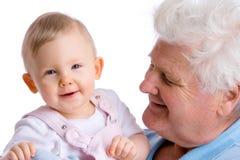 Bebé sonriente con el abuelo Imágenes de archivo libres de regalías
