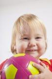 Bebé sonriente con el balón de fútbol Fotos de archivo libres de regalías