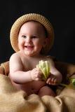 Bebé sonriente con la flor Foto de archivo libre de regalías
