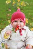 Bebé sonriente con la flor Imagen de archivo