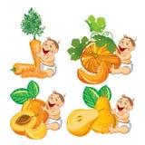 Bebé sonriente con una calabaza, un albaricoque, una zanahoria y una pera Fotografía de archivo libre de regalías