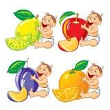 Bebé sonriente con una naranja, un limón, un ciruelo y una manzana Imagenes de archivo