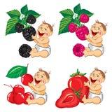 Bebé sonriente con zarzamoras, fresas, frambuesas y cereza Imágenes de archivo libres de regalías