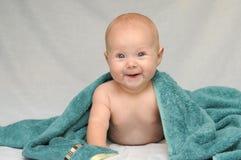 Bebé sonriente después del baño Foto de archivo