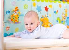 Bebé sonriente en cama Fotografía de archivo libre de regalías