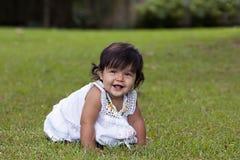 Bebé sonriente en hierba Imagen de archivo libre de regalías
