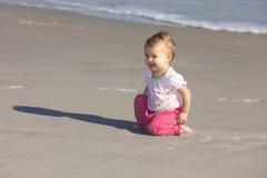 Bebé sonriente en la playa Imágenes de archivo libres de regalías