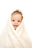 Bebé sonriente en toalla Fotos de archivo