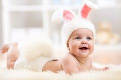 Bebé sonriente en traje del conejo Imagen de archivo libre de regalías