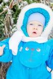 Bebé sorprendido con una nieve en un invernadero Fotos de archivo libres de regalías